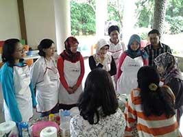 KELAS BOGA: Aneka Kue Mungil Dalam Nampan